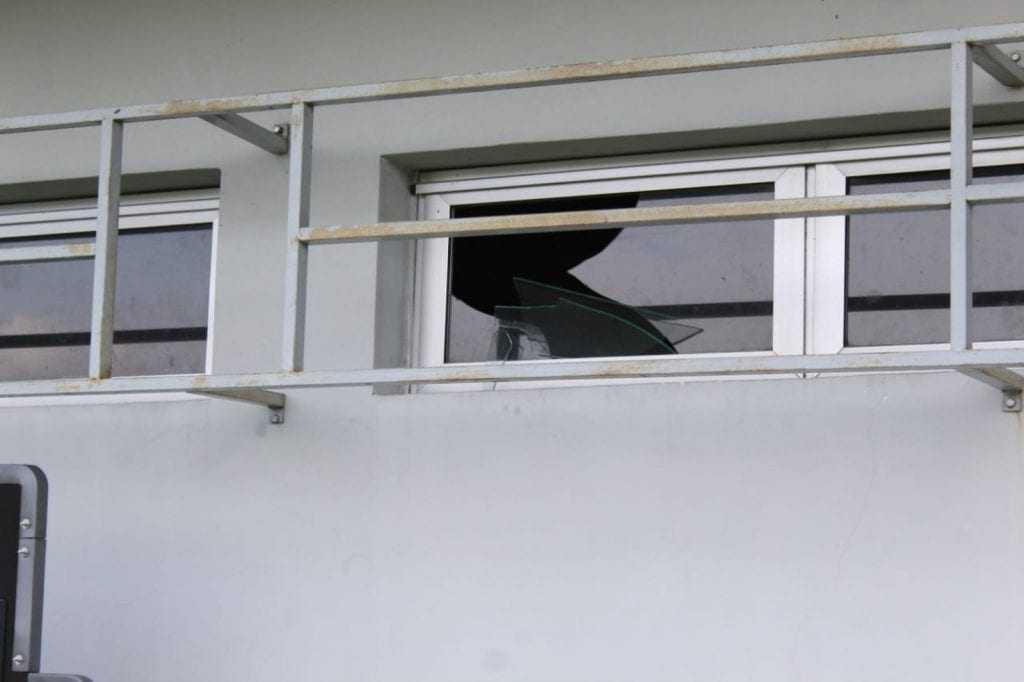 Janela quebrada pelo jogador do Iranduba em ataque de fúria. / Foto: Rômulo Almeida/GloboEsporte