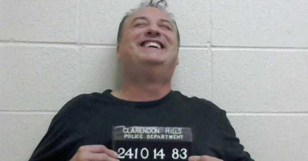 Ganhador de loteria é preso após despejar 10 toneladas de bosta na propriedade do ex-chefe... Será?