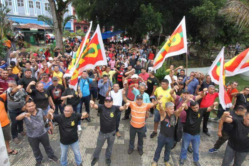 O grupo deve permanecer na Praça da Polícia durante toda quinta-feira (14) / Foto: Jair Araújo/ACrítica