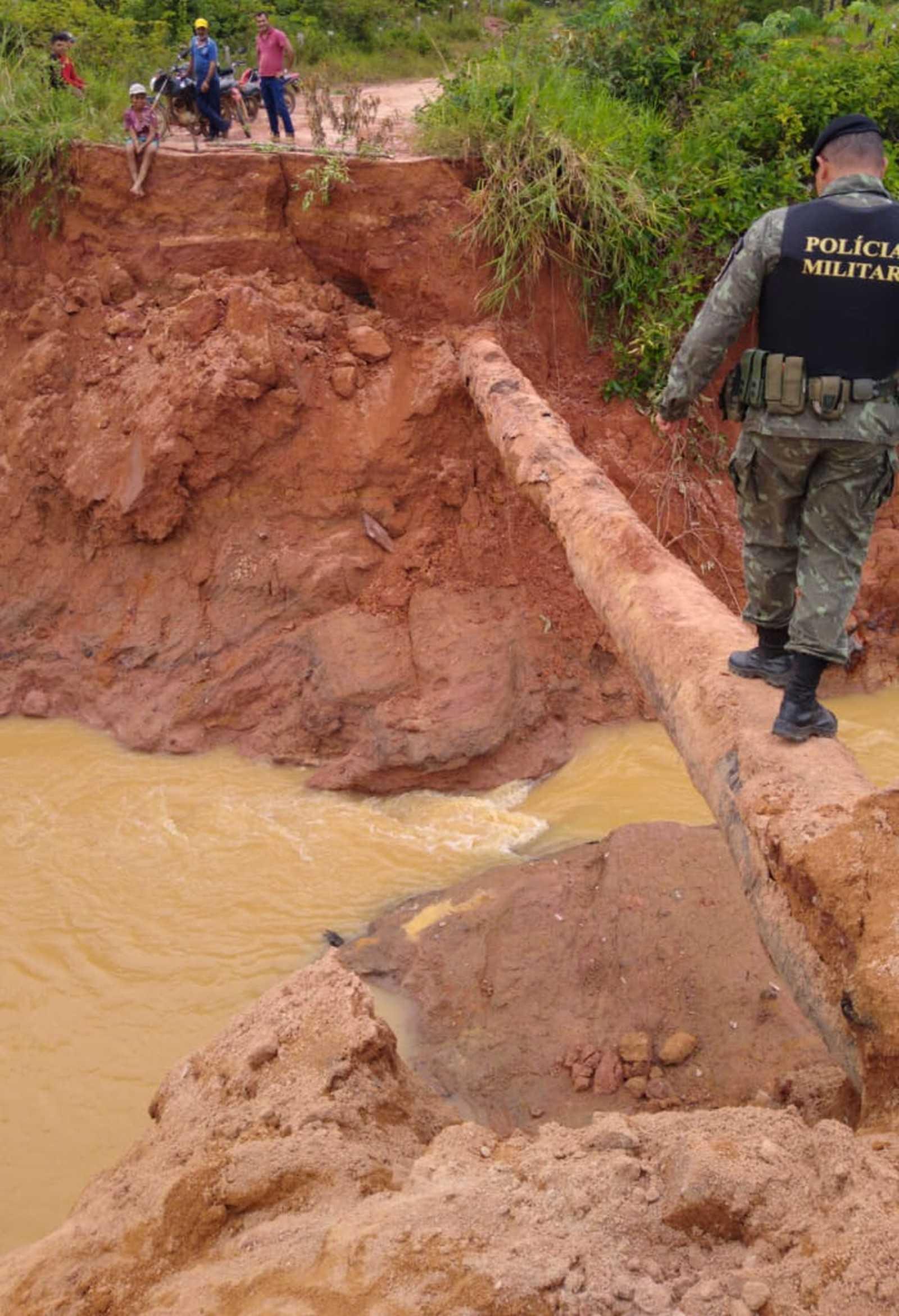 Água, areia e argila vazaram após rompimento de barragem em Machadinho D'Oeste. — Foto: Divulgação/Polícia Ambiental