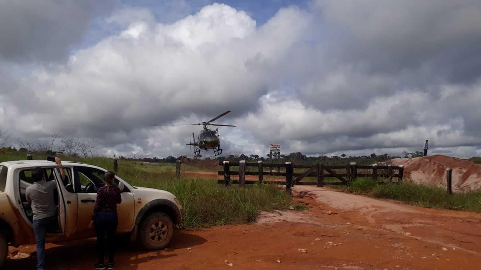 Uma equipe do Ibama faz sobrevoo pelo local para estimar o tamanho do dano ambiental. — Foto: Luiz Martins