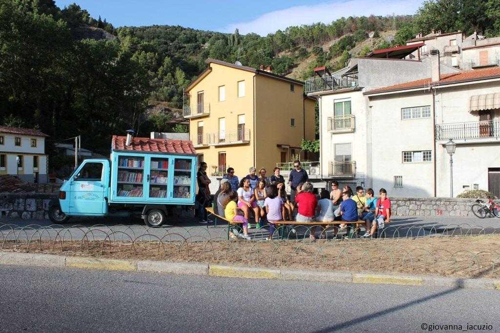 Na Itália, biblioteca sobre rodas leva livros para crianças que não têm acesso à leitura / Foto: Divulgação site oficial bibliomotocarro