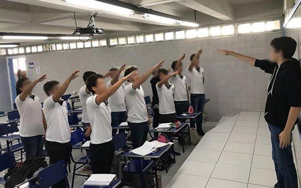 Estudantes fazem saudação nazista em sala de aula de escola particular no Recife e postam imagem nas redes sociais — Foto: Reprodução/Redes sociais