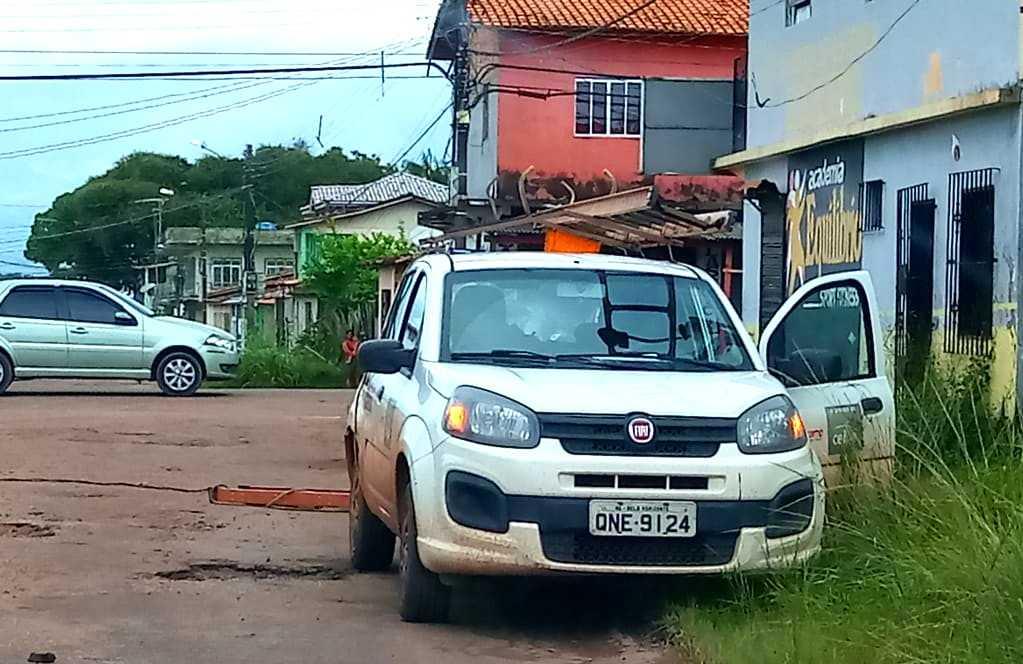 Consumidor tira escada e deixa eletricista pendurado em poste / Foto : Divulgação