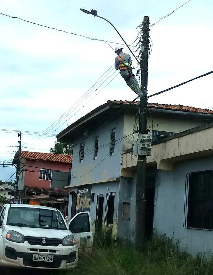 Operário ficou preso pelo cinto, sem a escada / Foto : Divulgação