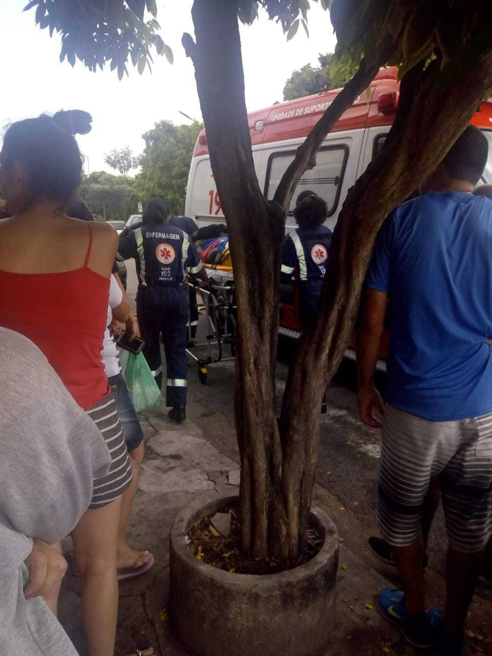 Homem corre atrás de haitiano e o bate com perna manca em Manaus