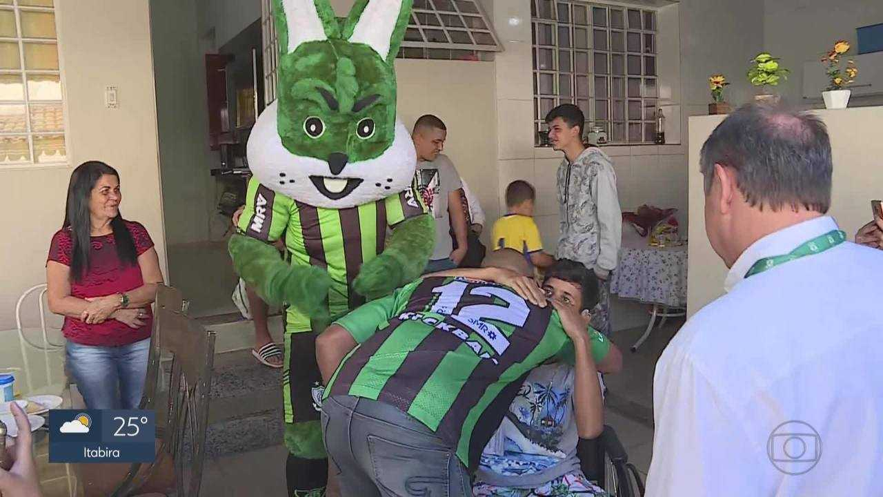 Menino que perdeu perna em acidente com linha chilena recebe visita do mascote do América