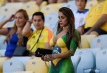 Torcedora faz bodypaint com uniforme da seleção brasileira e rouba a cena no Maracanã / Foto : Divulgação