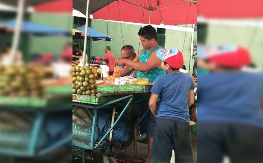 Prefeitura recolhe carrinho que viralizou final de semana com menino mijando no balde que lava o tucumã