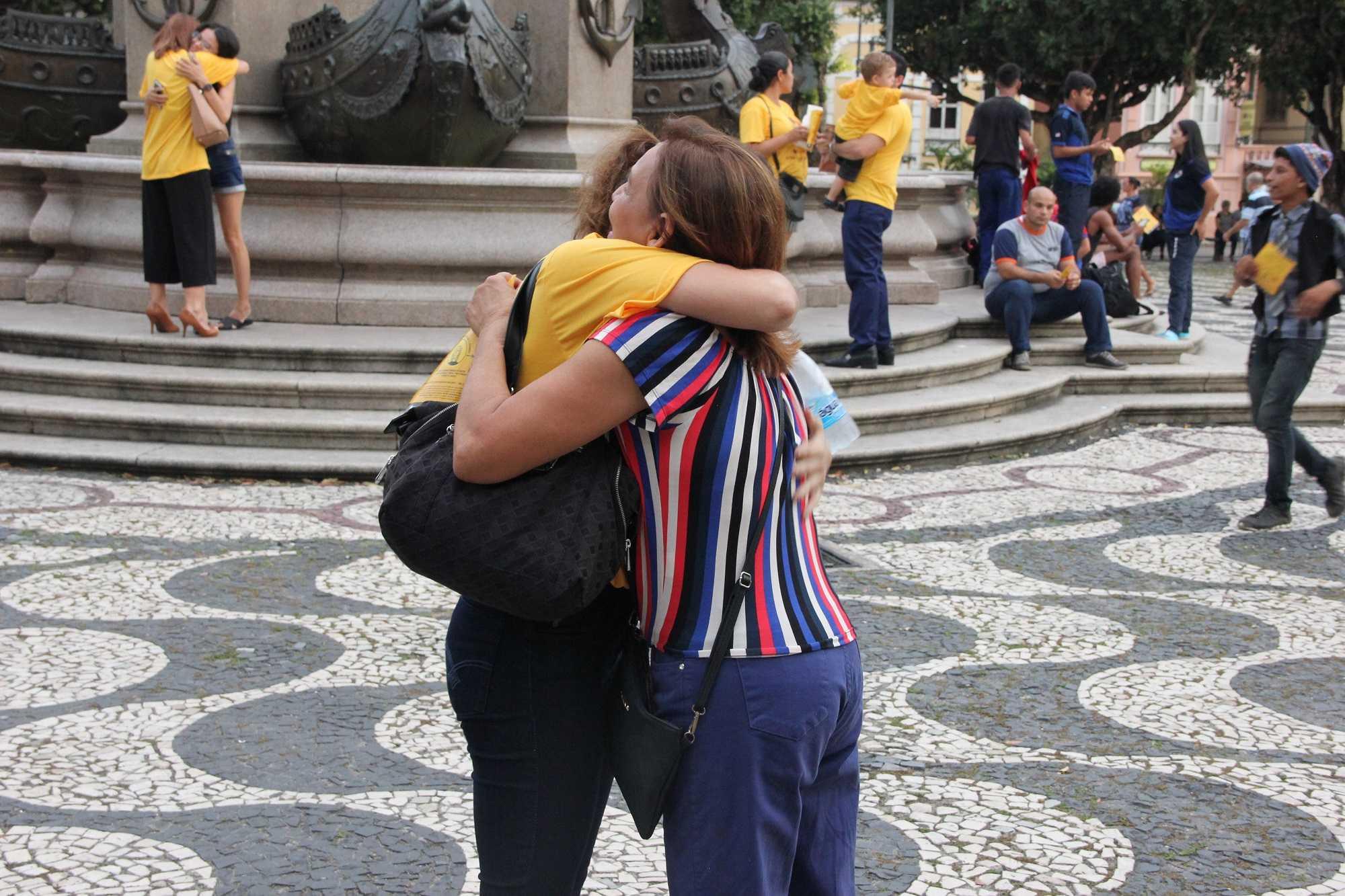 Distribuição de abraços no Largo de São Sebastião chama atenção para prevenção ao suicídio / Foto : Divulgação/DPE-AM