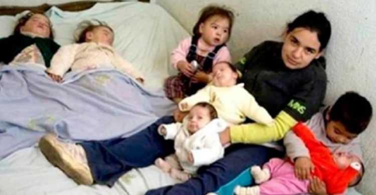 O drama da menina de 17 anos que cria seus 7 filhos sozinha depois que os pais abandonaram