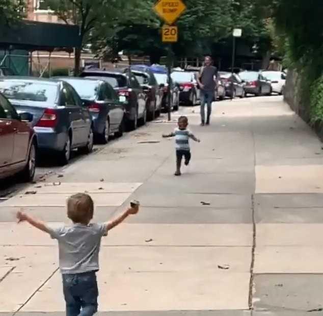 Melhores amigos : Bebês de 2 anos correm para se abraçar após dois dias sem se ver