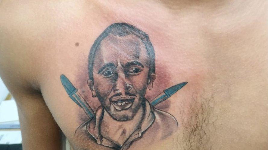 """Homem tatuou hit """"Caneta Azul"""" no peito. Tatuador se surpreende com repercussão"""