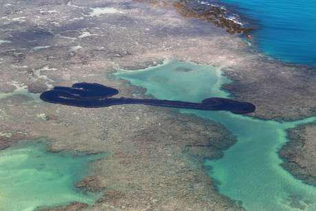 Vista de mancha de óleo na praia Peroba, em Maragogi, Alagoas 17/10/2019 REUTERS/Diego Nigro