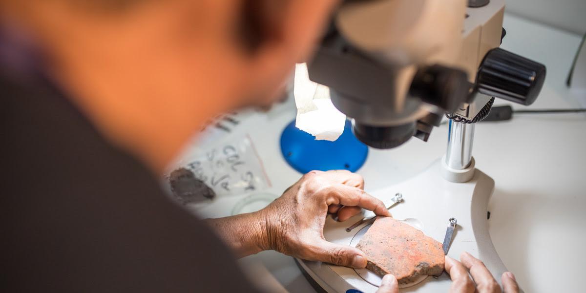 Cientistas analisam cerâmicas encontradas (Foto: Everson Tavares)