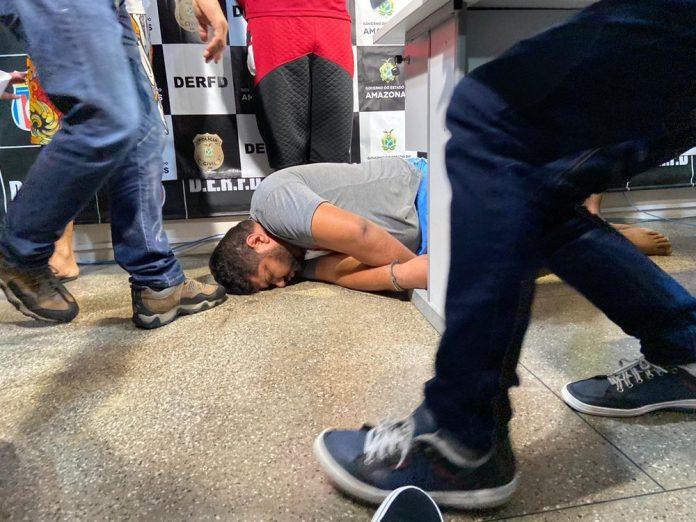 Policia prende suspeitos de matar sargento durante assalto em Manaus; um dos presos desmaia na delegacia — Foto: Patrick Marques/G1 AM