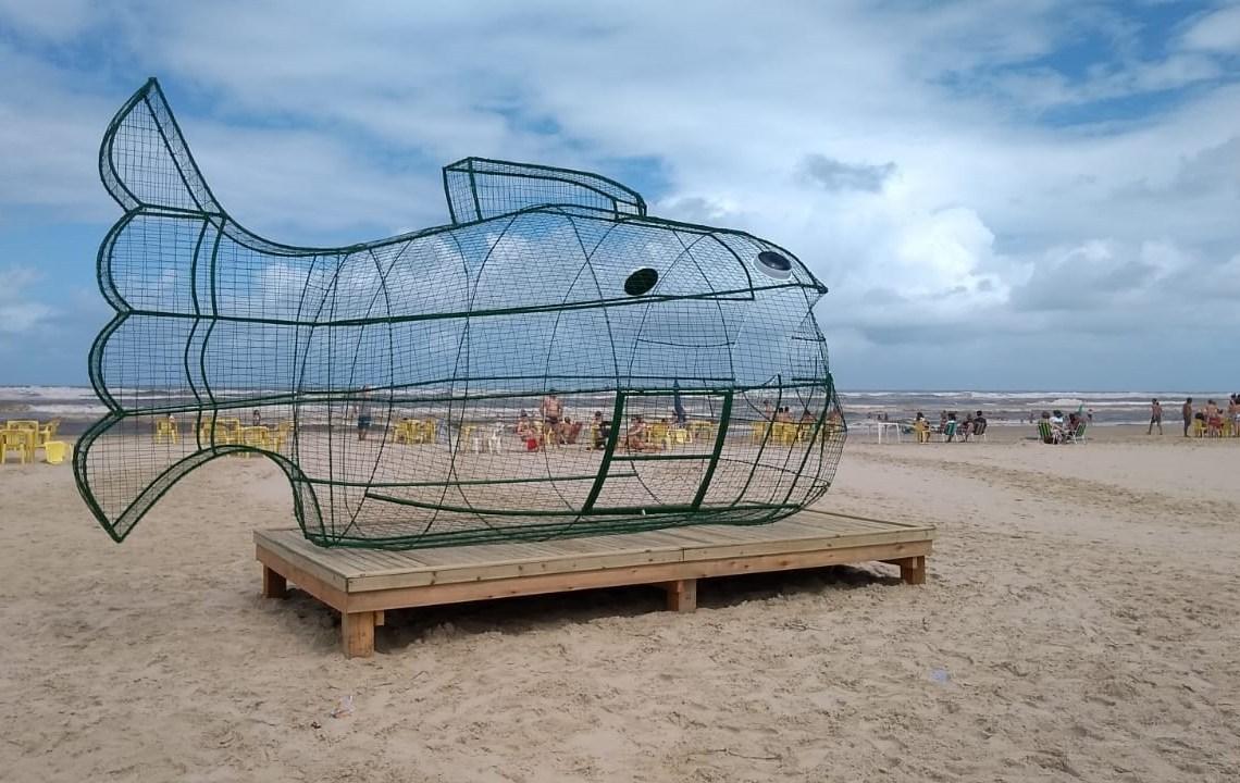Peixe PET : Um atrativo diferente para descarte de garrafas de plástico em praia / Foto : Divulgação
