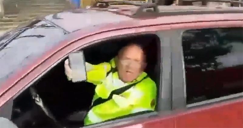 Agente de trânsito do Manaustrans é flagrado aplicando multas de dentro de carro de uso particular.