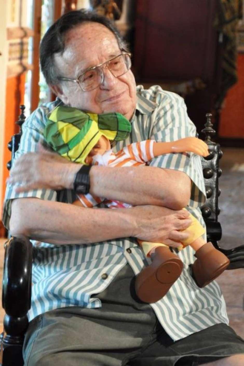 Roberto Gómez Bolaños com o boneco do Chaves / Divulgação