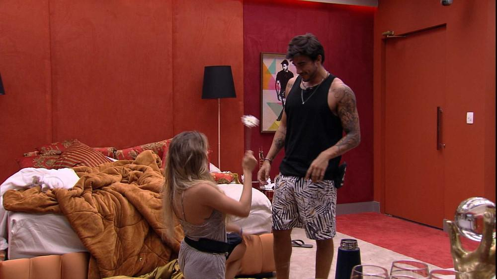 BBB20 | Gabi se ajoelha e pede Gui em namoro (Foto: Reprodução)