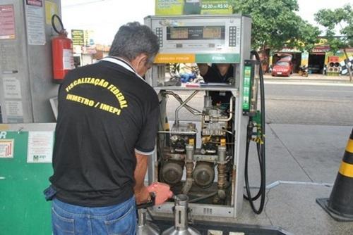 Fiscais do Inmetro fiscalizando bombas de combustíveis / Divulgação