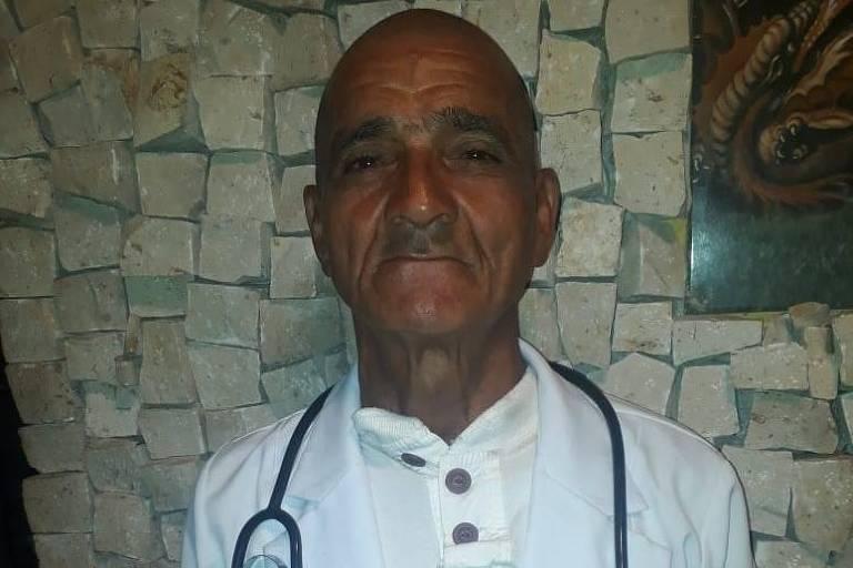 O capinador Alcyr Carneiro, 60, aprovado no curso de enfermagem da UFPA, com seu velho jaleco - Arquivo pessoal