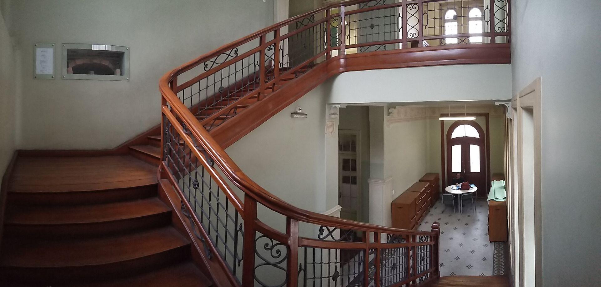 Escada esquerda da Escola Estadual Rodrigues Alves, em São Paulo (SP), Brasil / Foto : Caroline Oliveira