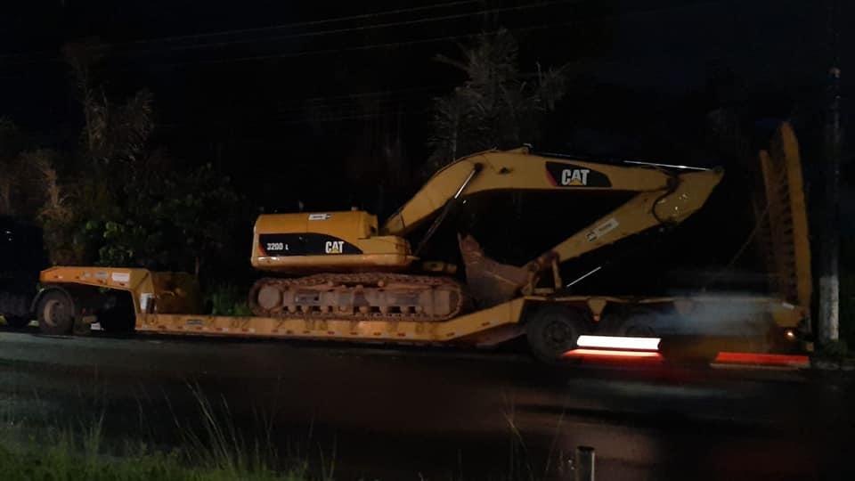 Máquinas já estão posicionadas para dar sumiço no Monte Horebe nesta segunda-feira / Foto : Divulgação