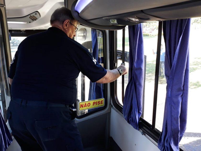 Ônibus faz curva brusca e arremessa crianças pela janela de um micro-ônibus da Prefeitura