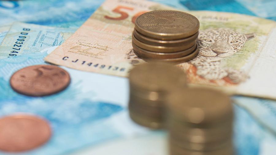 Saiba quem tem direito aos R$200 de auxílio do Governo Federal e como solicitar! / Imagem: Ilton Rogerio/Getty Images/iStockphoto