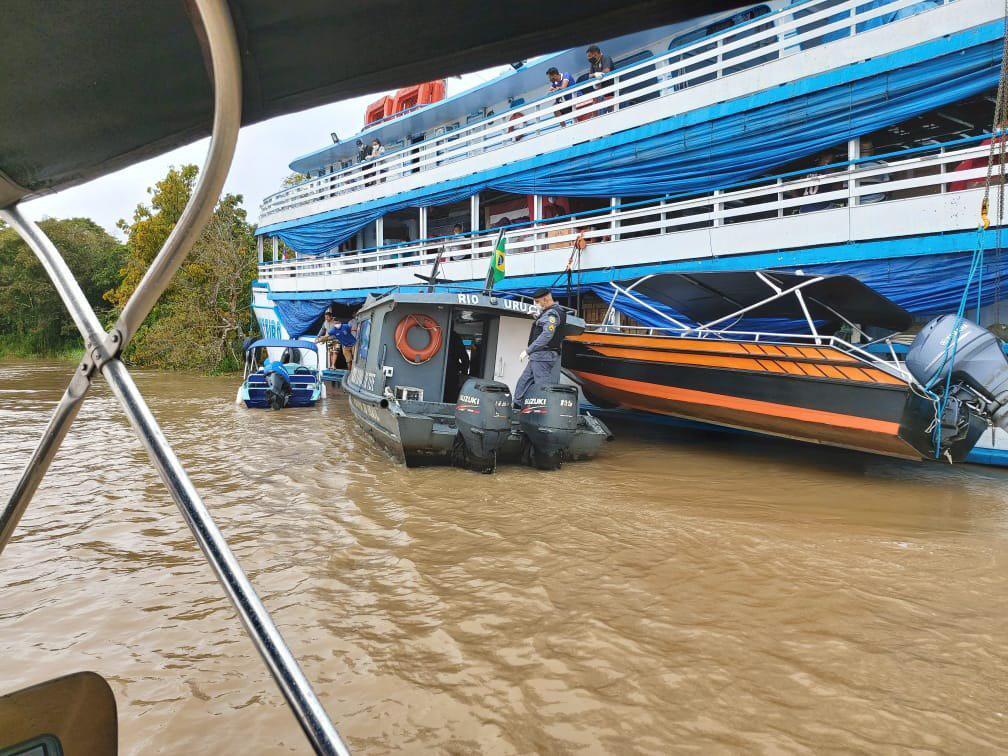 Policiais militares do 3º BPM apreendem embarcação que fazia transporte ilegal de passageiros em Tefé / Foto: Divulgação/PMAM