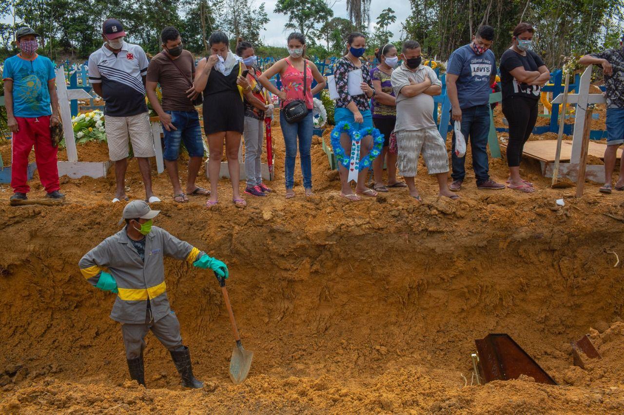 Sobrecarregado com um aumento de 300% nas mortes nessas últimas semanas, o sistema funerário de Manaus está à beira do colapso (Yan Boechat/Yahoo Notícias)