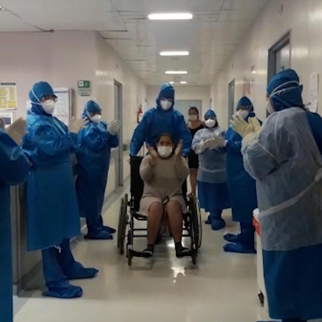 Pacientes internados que conseguiram vencer a doença recebem as palmas dos profissionais de saúde