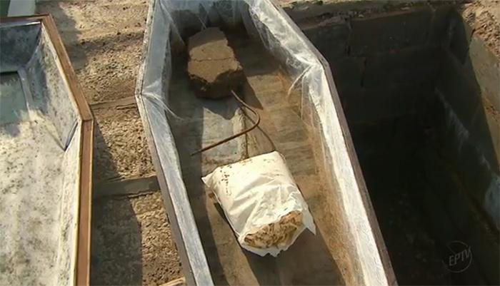 Polícia descobre caixão sem corpo e investiga 4 por golpe do seguro de vida em São Carlos