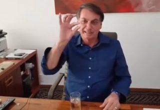 Aos risos, Bolsonaro publica vídeo tomando hidroxicloroquina e dispara: 'eu confio, e você?' Assista!