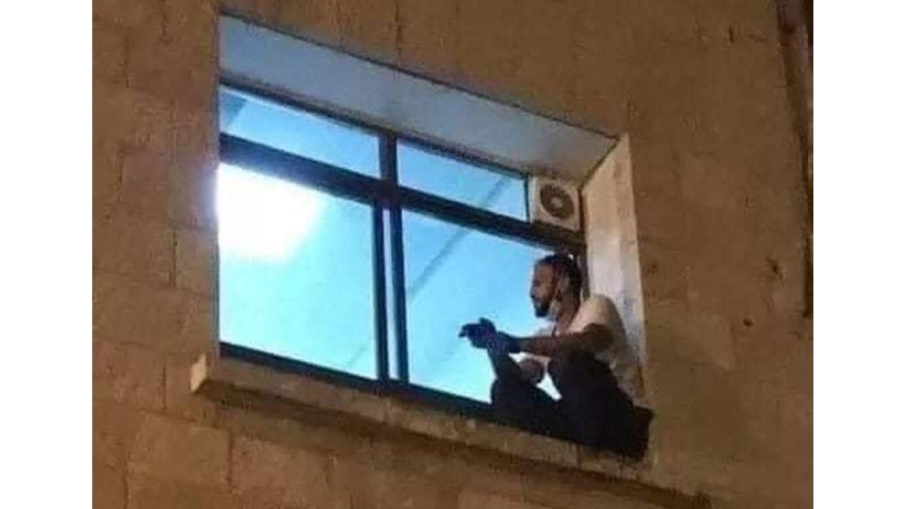 Inconsolado, filho decide escalar parede de hospital para ver mãe internada com Covid-19 / Crédito: Reprodução/ Twitter