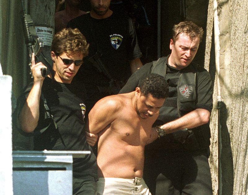 Elias Maluco é levado sob custódia após ser preso no Complexo do Alemão no Rio de Janeiro, Brasil, em 19 de setembro de 2002 (Foto: AP Photo/Wilton Junior-AE)
