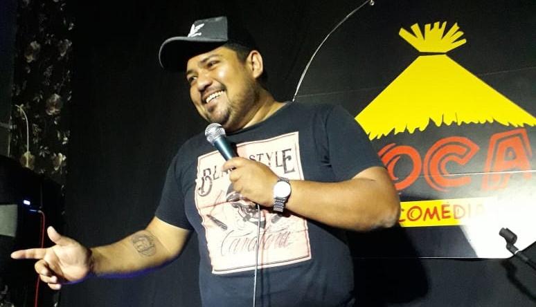 Junior Santos se apresentando na Toca da Comédia