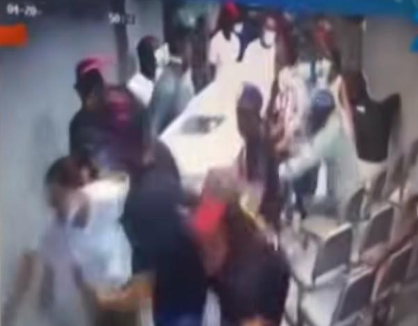 Multidão invade funerária e leva caixão com cadáver